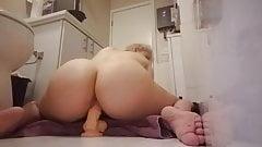 fille se masturber dans la salle de bain avec un gros sextoy