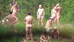 Machos pelados em praia de nudismo
