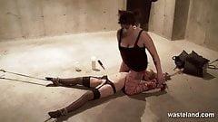 Sexy lesbisches Paar erforscht versaute BDSM-Fetisch-Fantasien