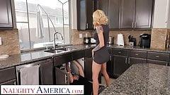 Naughty America, Sarah Jessie zeigt der Nachbarin, wie nass sie wird