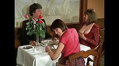 Gruppensex rund um einen Tisch
