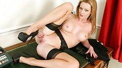 Britische MILF Holly Kiss wird heute deine heiße Sekretärin sein