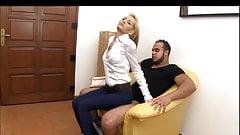 Die Blondine lud einen Mann zum Sex ein