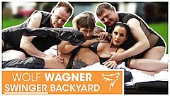 Outdoor-Orgie! Zwei MILFs genießen 3 Ficker! WolfWagner.com