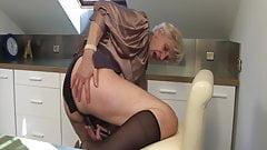 Oma wurde beim Masturbieren in der Küche erwischt!