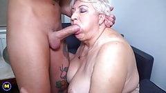 Große Mutter lutscht und fickt ihren Toyboy