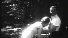 Atemberaubende Schlampe hat Spaß im Wald (1930er Jahre)