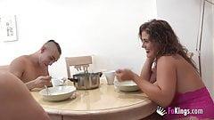 Montse macht es mit dem unerfahrenen Sohn ihres Partners