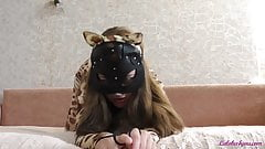 Teenie-Blowjob, großer Schwanz und Footjob im Leopardenkostüm