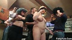 Mollige Partygirls ziehen sich in der BBW-Bar aus