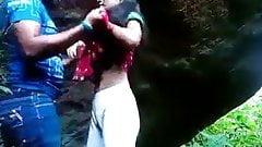 Desi College-Mädchen im Freien von ihrem Freund gefickt