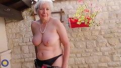 Oma aus britischem Caroline füttert ihre alte Fotze