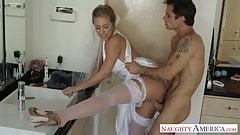Sexy blonde Braut Nicole Aniston fickt
