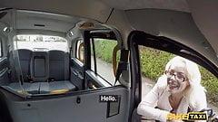 Fake Taxi, er bekommt einen Rimjob von zwei Zungen gleichzeitig