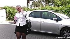 Berufstätige Frau bekommt ihre Muschi geleckt und gefickt
