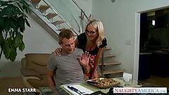 Blondes Schätzchen mit Brille Emma Starr gibt Tittenfick