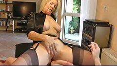 Wunderschöne blonde MILF bearbeitet Schwanz des Ehemanns
