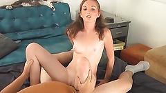 Winziges, nervöses Teen macht ihr allererstes Porno-Video
