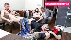 Großeltern, die auf der After-Party auftauchen