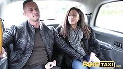 Fake Taxi, geile französische Ehefrau, die Taxi auf dem Rücksitz-Dreier teilt