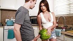 Stiefschwester erwischte ihren Bruder beim Masturbieren mit einer Wassermelone