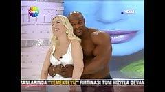 Sexy blonder türkischer Anker mit großem Mann im Fernsehen