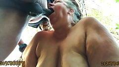 Reife BBW gibt tief in den Hals, Squirting-Blowjob im Wald