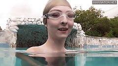 Das junge Schätzchen Emie Amfibia bekommt Orgasmen im Schwimmbad