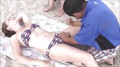 Asiatischer Massagemann genießt den Strand