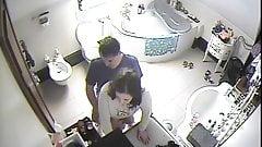 Versteckte sich vor jemandem auf der Toilette