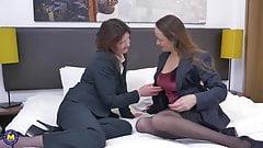Reife Lesbe fickt eine andere reife behaarte Mutter
